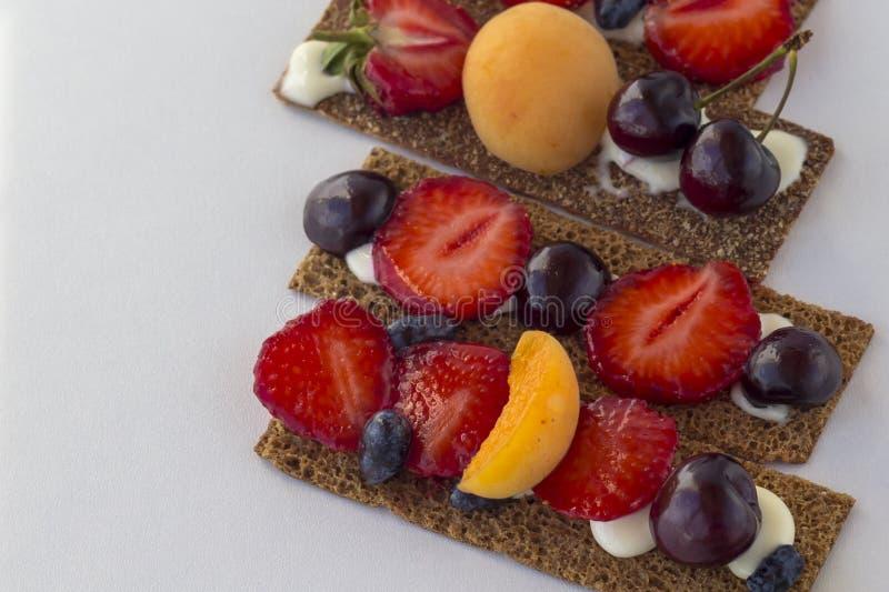 Zdrowe i smakowite grzanki z curd, zdjęcia stock