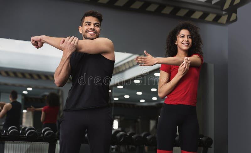 Zdrowe multiracial atlety ćwiczy przy gym wpólnie zdjęcie royalty free