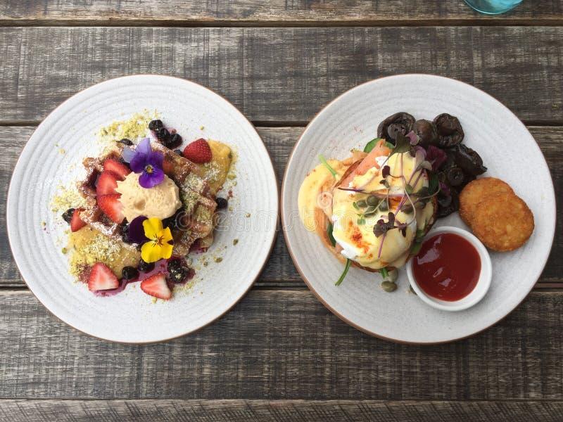 Zdrowe posiłki na białych talerzach z drewnianym tłem fotografia royalty free