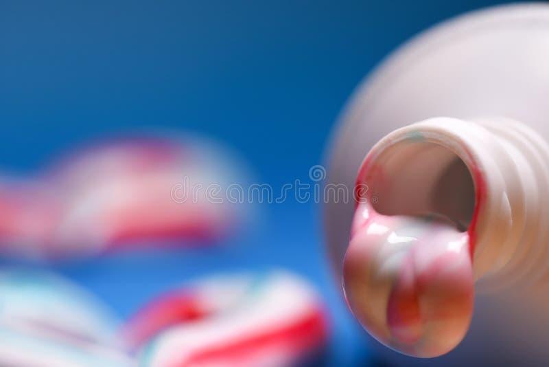 zdrowe zęby Higiena oralny zagłębienie Barwiony pasta do zębów od tubki obrazy stock