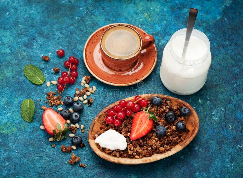 Zdrowe ziarna śniadaniowe z jagnięcinami i orzechami, kawa espresso z jogurtu i filiżanki obrazy royalty free