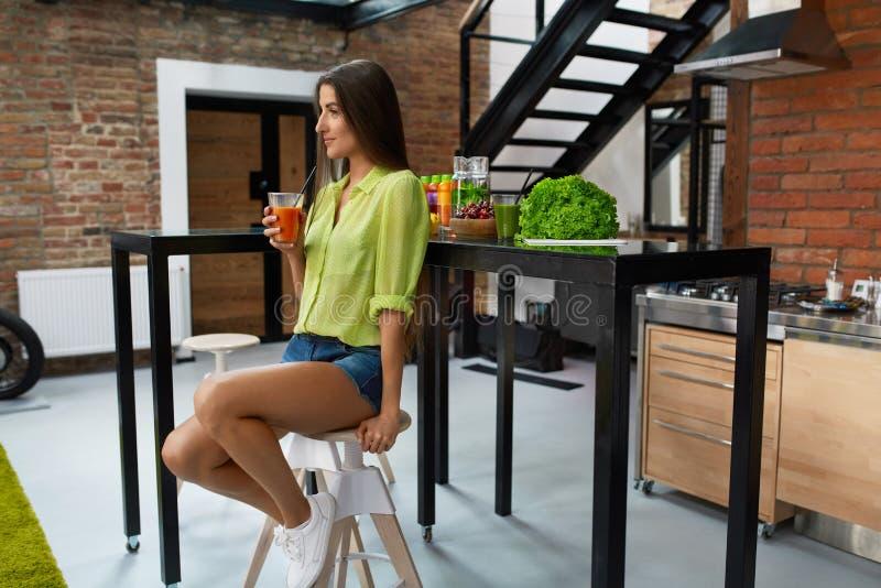 zdrowego żywienia Piękna kobieta Pije dieta sok, Smoothie zdjęcie royalty free