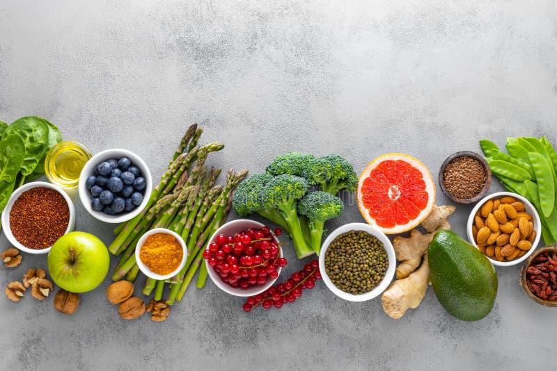 Zdrowego karmowego backgroundwith świezi warzywa, jagody i dokrętki, obrazy stock