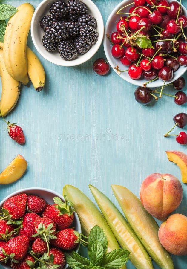 Zdrowego lata owocowa rozmaitość Słodkie wiśnie, truskawki, czernicy, brzoskwinie, banany, melonów plasterki i nowi liście, zdjęcie royalty free