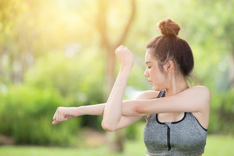 Zdrowego nastoletniego ręki rozciągania sporta plenerowy ćwiczenie grże w górę zdjęcia royalty free