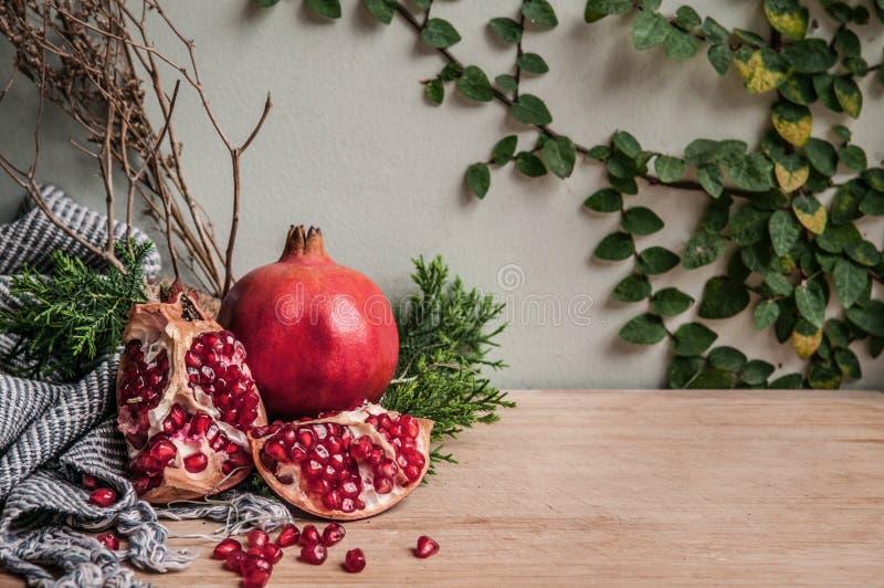 Zdrowego tematu Świeży granatowiec, handmade tkanina, zieleń opuszcza obraz royalty free