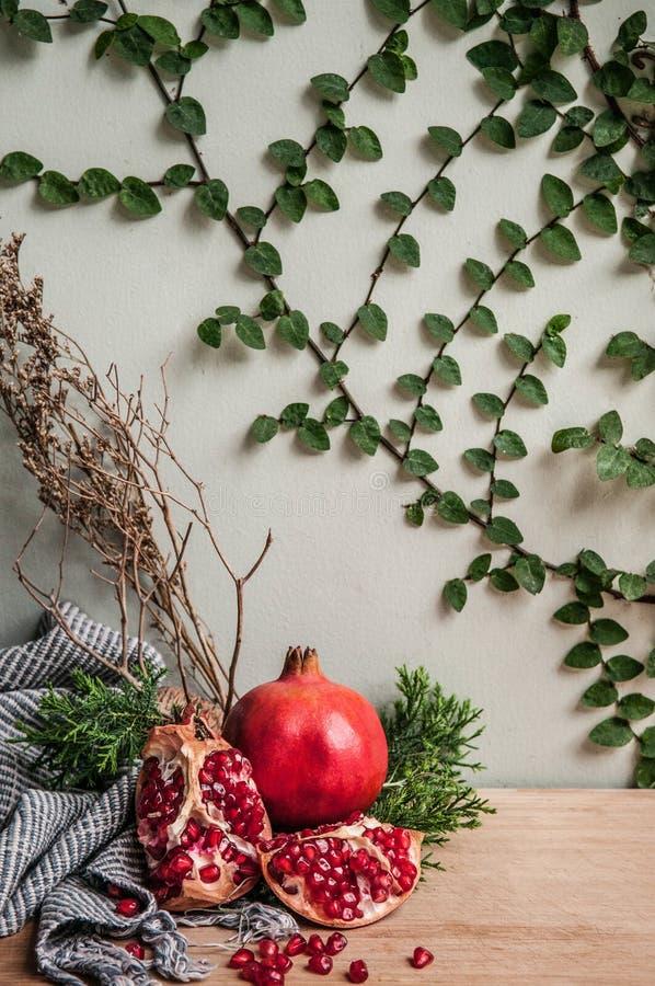 Zdrowego tematu Świeży granatowiec, handmade tkanina, zieleń opuszcza zdjęcia stock