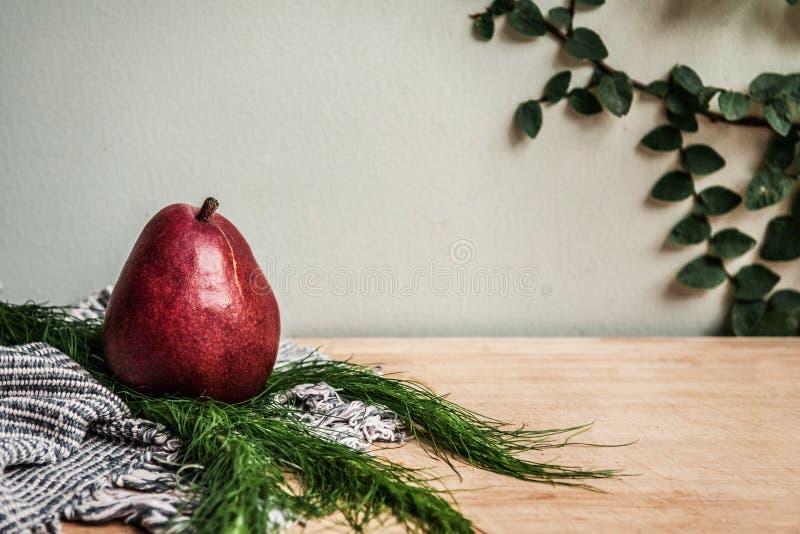 Zdrowego tematu detox Świeża czerwona bonkreta, handmade tkanina le i zieleń, zdjęcie royalty free