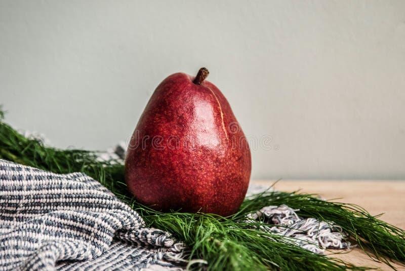 Zdrowego tematu detox Świeża czerwona bonkreta, handmade tkanina le i zieleń, zdjęcia stock