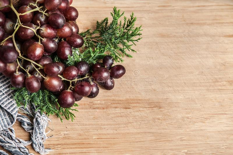Zdrowego tematu detox Świezi czerwoni winogrona, handmade tkanina i zieleń, fotografia stock