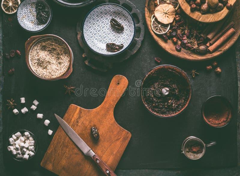 Zdrowego weganinu domowej roboty truflowa mikstura w melanżerze z datami, wysuszeni cranberries, przycina, dokrętki, migdałowa pa fotografia royalty free