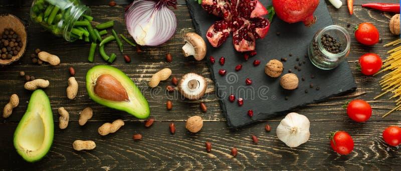 Zdrowego weganinu karmowi kulinarni składniki Mieszkań nieatutowi warzywa, owoc, avocados, dokrętki, pieczarki, cebule, fasolki s obraz stock