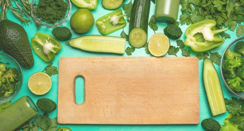 Zdrowego zielonego weganinu kulinarni składniki Lay z drewniany zniechęcać, zieleni warzywa i zielenie, odgórny widok Czyści jedz zdjęcie royalty free