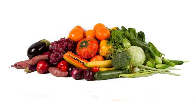 Zdrowej łasowanie grupy świezi owoc i warzywo odizolowywający obrazy royalty free