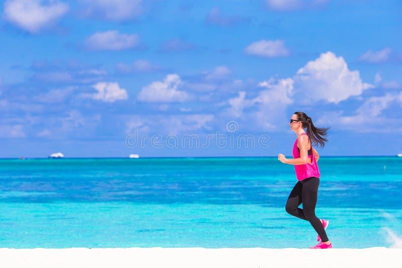 Zdrowej atlety kobiety pracujący out robi ćwiczenie zdjęcia stock