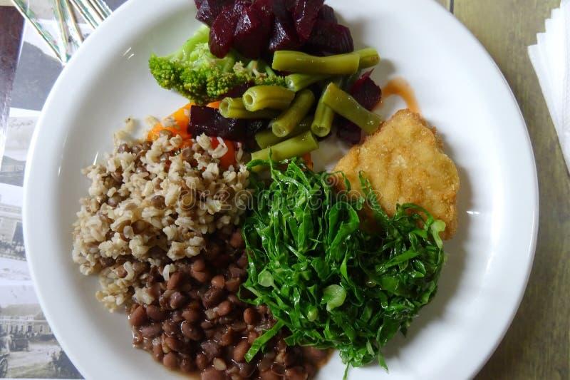 Zdrowej diety jedzenie z organicznie brązów ryż i świeżym veg obrazy royalty free