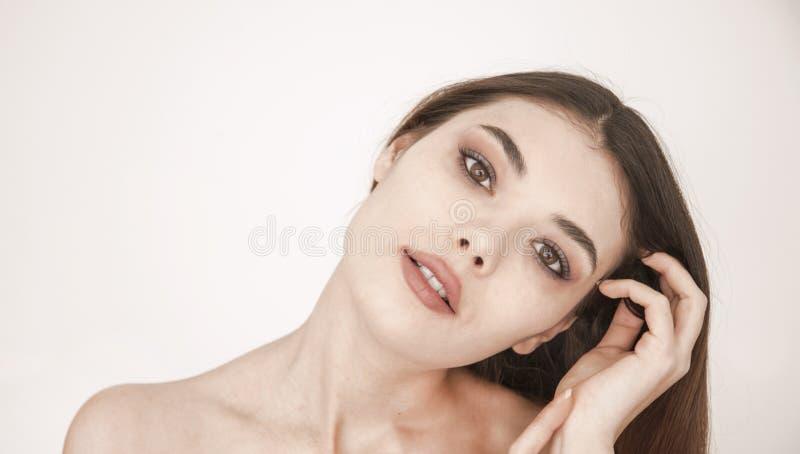 Zdrowej skóry kobiety piękna twarz zamknięta w górę nadmiernego białego tła obrazy stock
