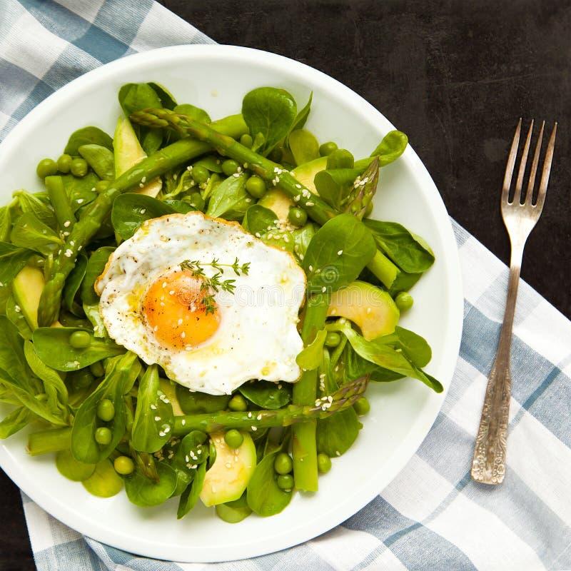 Zdrowej wiosny zielona sałatka z jajkiem fotografia stock