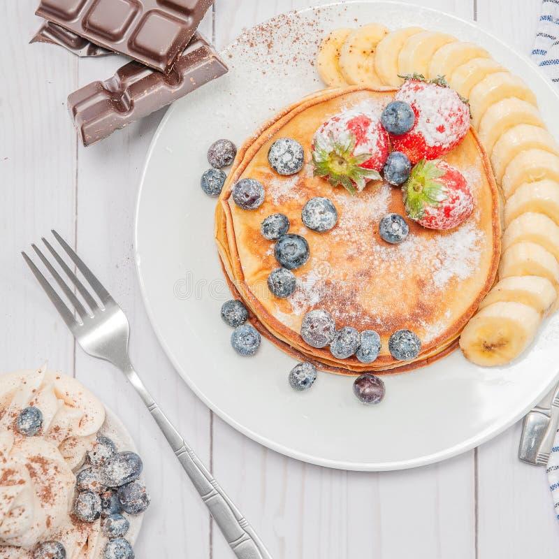 Zdrowi śniadania, kawowych i wyśmienicie domowej roboty bliny z, obraz stock