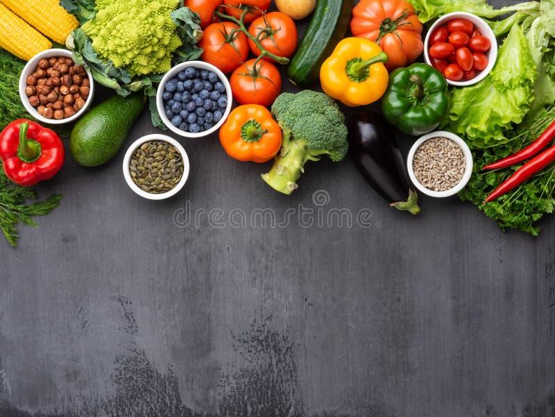 Zdrowi ?asowanie sk?adniki: ?wiezi warzywa, owoc i superfood, Od?ywianie, dieta, weganinu jedzenia poj?cie zdjęcie stock