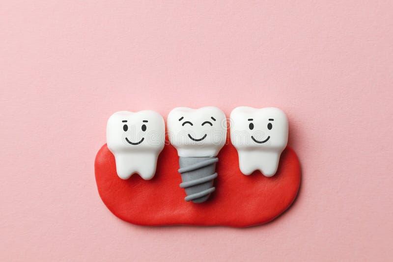 Zdrowi biali zęby i wszczepy są uśmiechnięci na różowym tle obrazy stock