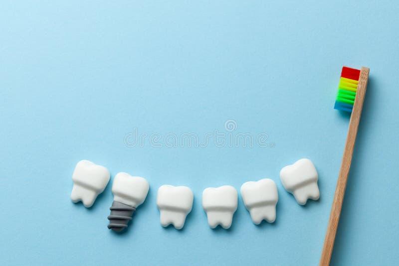 Zdrowi biali z?by i wszczepy na b??kitnym tle z toothbrush Odbitkowa przestrze? dla teksta obrazy royalty free