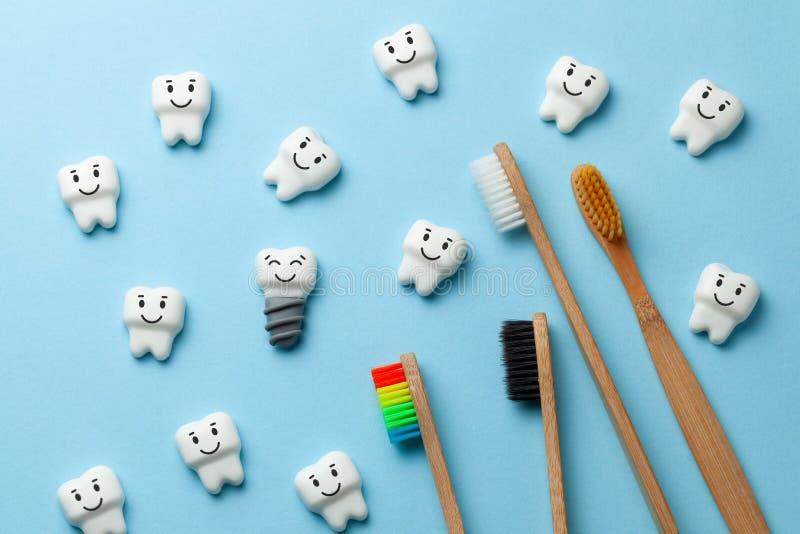 Zdrowi biali z?by i wszczepy s? u?miechni?ci na b??kitnym tle z toothbrush obrazy stock