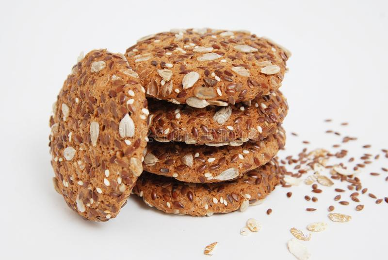 Zdrowi ciastka z Oatmeal i Flaxseed pojedynczy białe tło Dieta i żywność organiczna zdjęcia royalty free