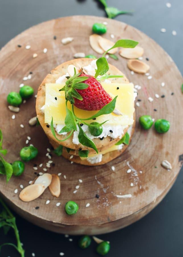 Zdrowi ciastko chałupy sera truskawki ziarna zdjęcie royalty free