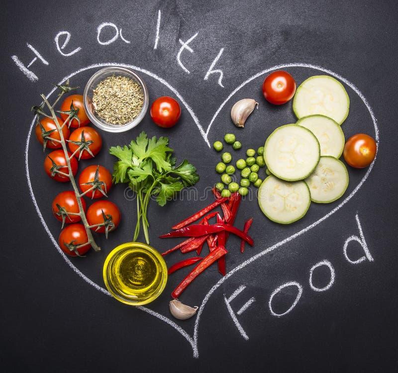 Zdrowi foods, kucharstwo i jarosza pojęcia czereśniowi pomidory, zucchini z pietruszką, masło pieprz, rysować na blackboard h obrazy stock