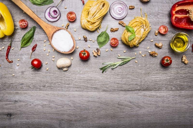 Zdrowi foods, kucharstwo i jarosza pojęcia makaron z, mąką, warzywami, olejem i ziele na drewnianym nieociosanym tło odgórnego wi fotografia royalty free