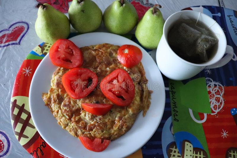 Zdrowi i smakowici rozdrapani jajka z tuńczykiem! fotografia stock