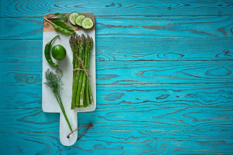 Zdrowi karmowi warzywa dla kierowego wrzosowiska na drewnie fotografia royalty free