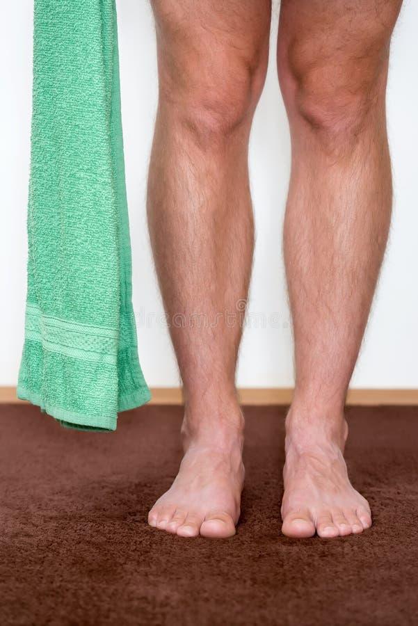 Zdrowi męscy cieki z ręcznikowym kroczeniem w kierunku obraz royalty free