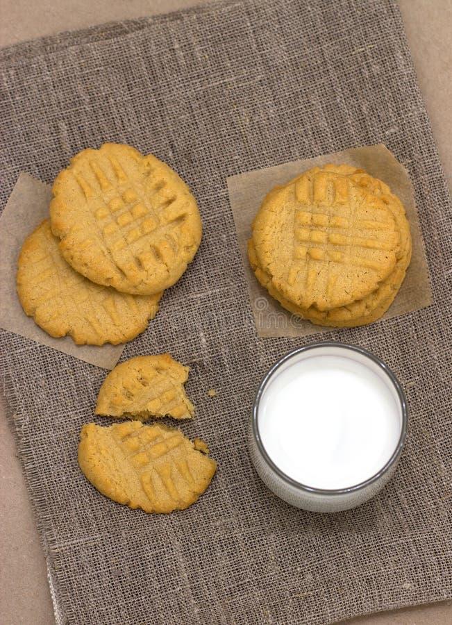 Zdrowi maseł orzechowych ciastka, mleko na bieliźnianej pielusze i zdjęcia stock