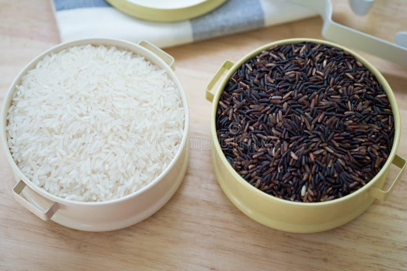 Zdrowi organicznie ryż: Riceberry Rice i Jaśminowy ryż zdjęcia royalty free