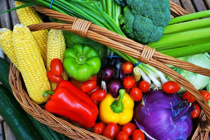 Zdrowi owoc i warzywo w koszu fotografia stock