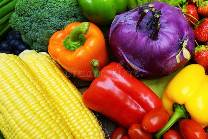 Zdrowi owoc i warzywo w koszu obraz royalty free