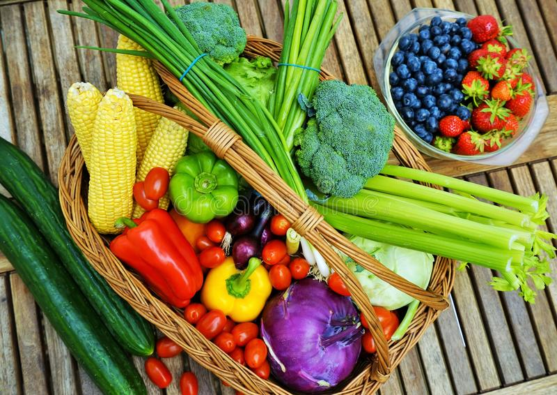Zdrowi owoc i warzywo w koszu obrazy stock