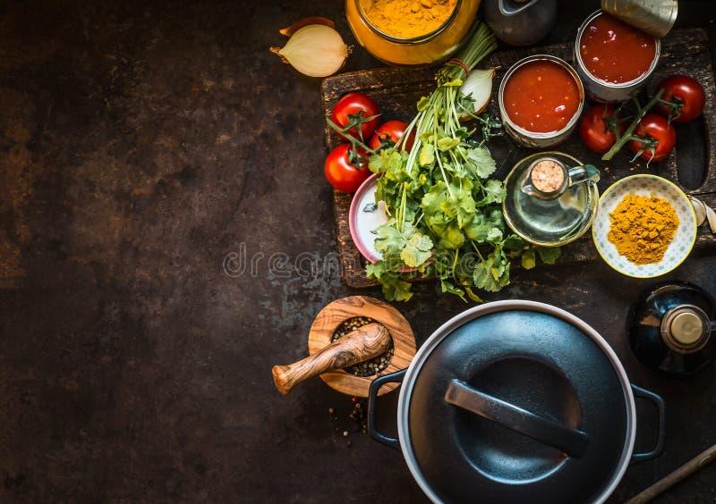 Zdrowi składniki dla smakowitej pomidorowej polewki: pomidory, świezi ziele, pikantność, cynowani pomidory na ciemnym nieociosany obrazy royalty free