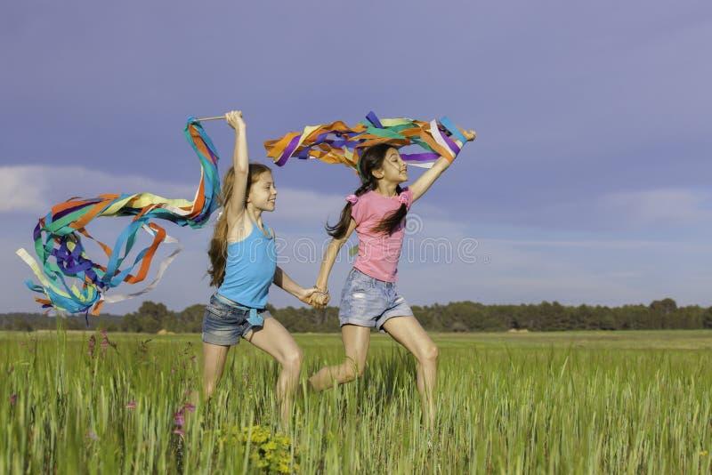 Zdrowi szczęśliwi dzieciaki bawić się outdoors obraz royalty free