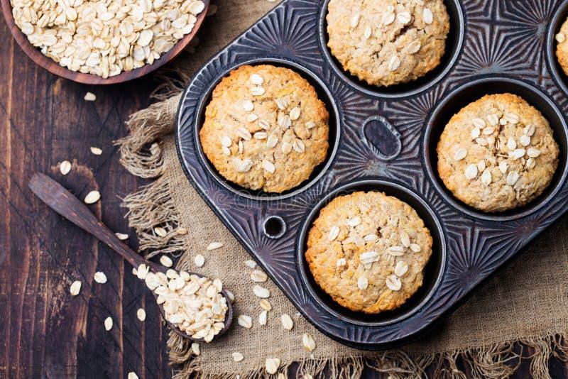 Zdrowi weganinu owsa muffins, jabłko i bananów torty w rocznik niecki Odgórnym widoku, obrazy stock