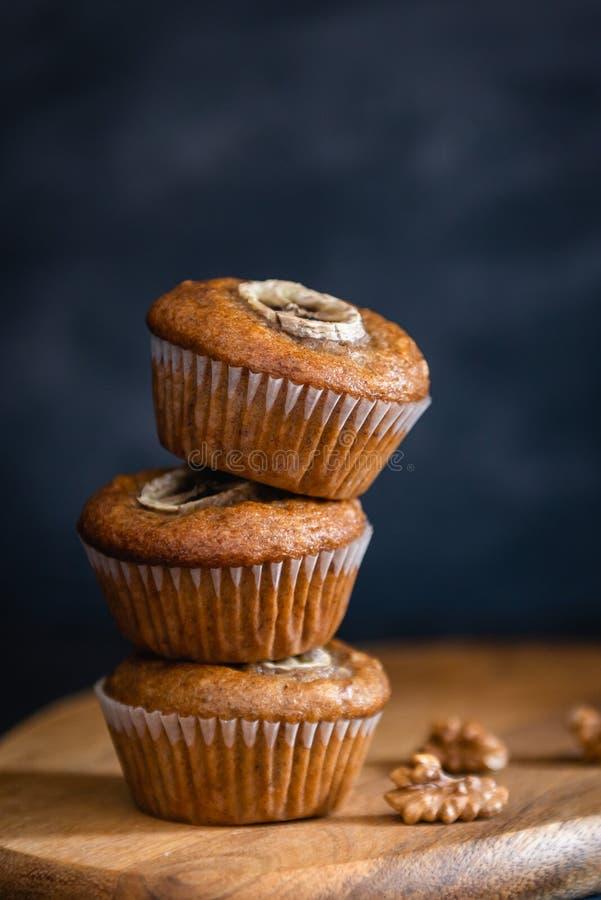 Zdrowi weganinu owsa słodka bułeczka, jabłko i bananów torty na ciemnym tle, Zamyka w górę, piekarni pojęcie zdjęcia stock