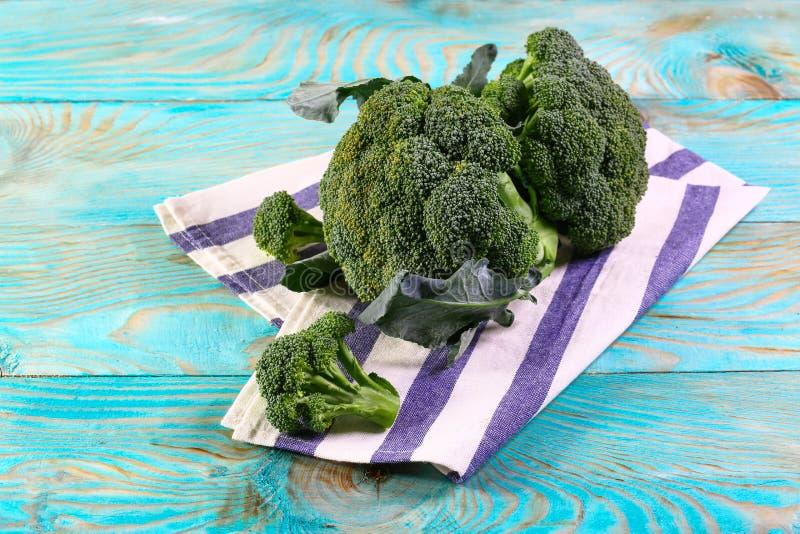 Zdrowi Zieleni Organicznie Surowi brokułów Florets Przygotowywający dla Gotować Wiązka świezi zieleni brokuły na kuchennego ręczn obraz stock