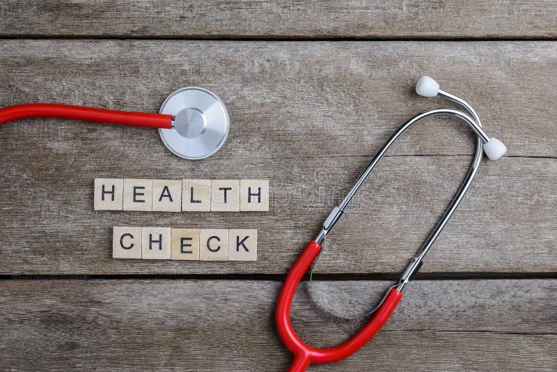 Zdrowie czeka teksta słowo robić z drewnianymi blokami i Czerwonym sercem, steth obrazy stock