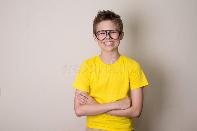 Zdrowie, edukacja i ludzie pojęć, Szczęśliwa nastoletnia chłopiec wewnątrz związuje a zdjęcie royalty free