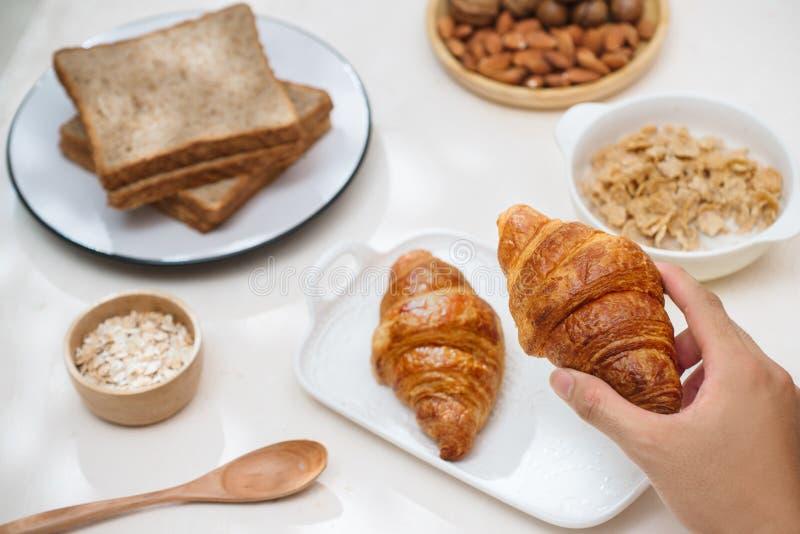 Zdrowie i kolorowy śniadanie - gofry, słodka bułeczka, migdał, hazelnuts, różnorodne świeże owoc na stole Zdrowia jedzenia pojęci zdjęcia royalty free