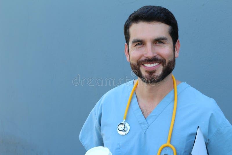 Zdrowie jest dużym priorytetem Pracowniany portret młoda męska pielęgniarka ono uśmiecha się z zaufaniem odizolowywającym na błęk zdjęcia royalty free