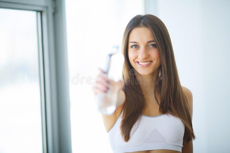 Zdrowie, piękno, diety pojęcie target237_0_ szczęśliwa wodna kobieta napoje zdjęcia stock
