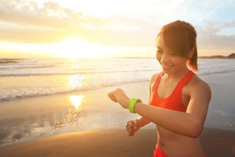 Zdrowie sporta kobieta z mądrze zegarkiem obraz stock